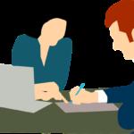 賃貸の契約書をサインしているシーン
