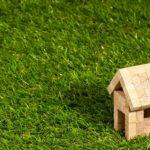 芝生の上に小さな賃貸物件