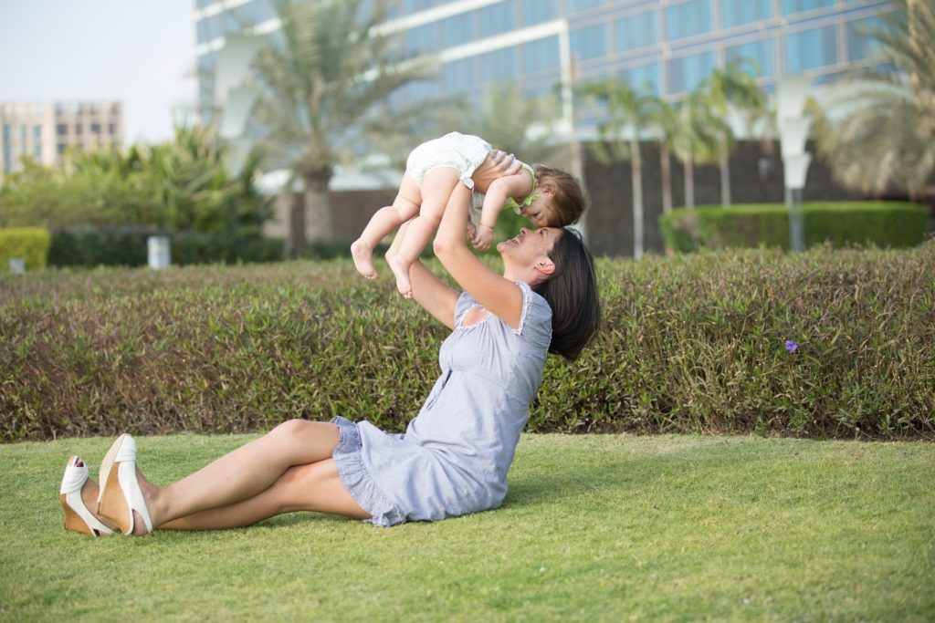 子供を抱きかかえるお母さん